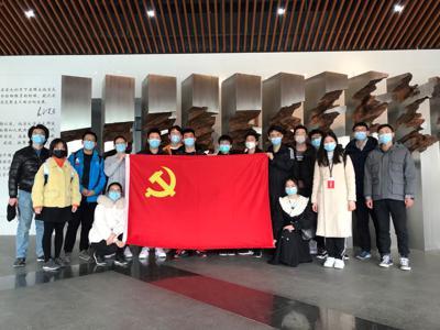 图2_学员在北京大学校史馆合影.jpg